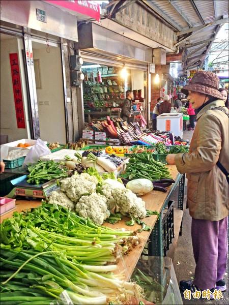 昨日實地走訪傳統市場,可以發現菜攤上葉菜種類較以往少許多。(記者蕭婷方攝)