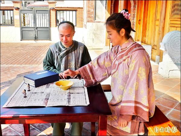 鳳儀書院推出限量百組古代桌遊陞官圖,現場並規劃體驗區,大受歡迎。(記者陳文嬋攝)