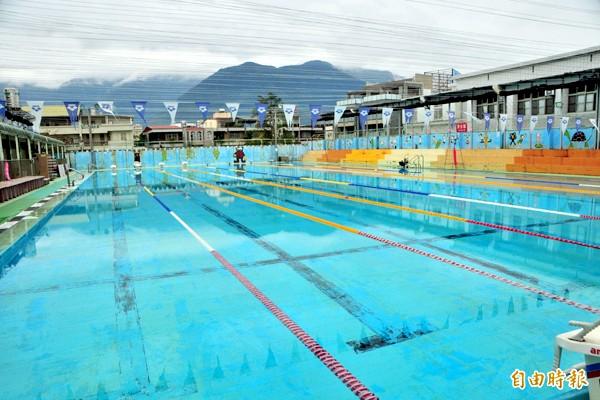 國風國中游泳池委外,由夏綠蒂休閒公司經營已經7年。(記者花孟璟攝)