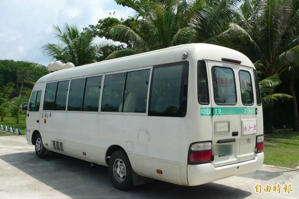 太平島上有「南沙一號」,為高市公車派到太平島上使用的中型巴士,車後方就掛有「南沙一號」標牌。(記者羅添斌攝)
