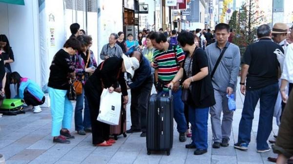 中國遊客前往日本,各種不雅行徑讓日本人不堪其擾,英國媒體也做出報導。(擷取自BBC中文網)