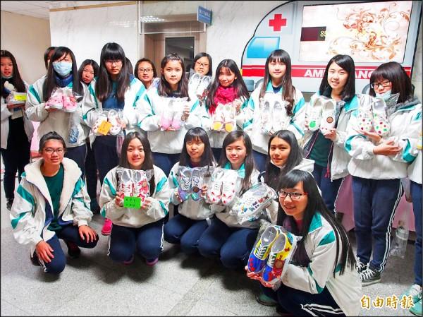台東女中學生發揮創意彩繪鞋,全數捐出助台東醫院弱勢病患。(記者王秀亭攝)