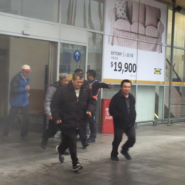 新北市消防局今於新莊宜家家居(IKEA)進行救災演練,此為賣場內民眾疏散。(記者陳薏云翻攝)