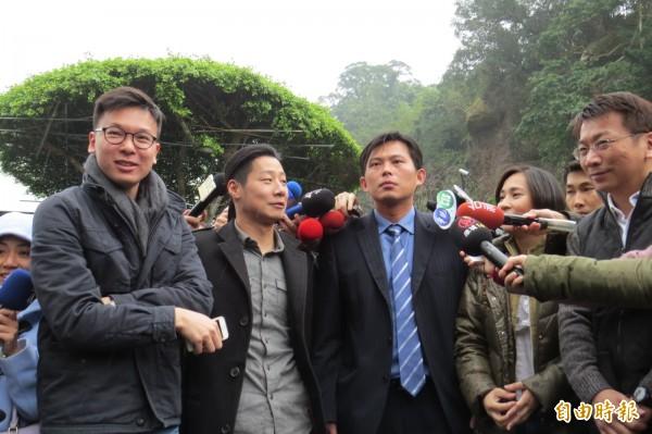 時代力量新科立委當選人今前往翠山莊拜會前總統李登輝,會後於山莊外接受媒體訪問。(記者陳鈺馥攝)