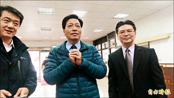 鄭寶清(中)獲悉驗票結果仍是當選後,前往法院對院方與選務人員表達感謝。(記者余瑞仁攝)