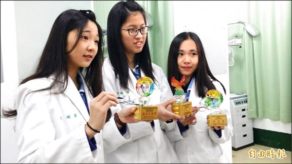 新生醫專學生參加全國眼鏡設計與製作競賽奪下一金一銅和一佳作。 (記者李容萍攝)