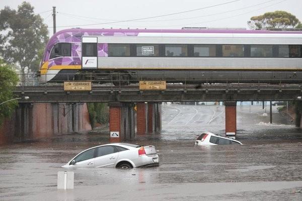 吉朗受暴風雨侵襲,洪水漫延整個市鎮,淹沒多部車量。(圖擷自推特)