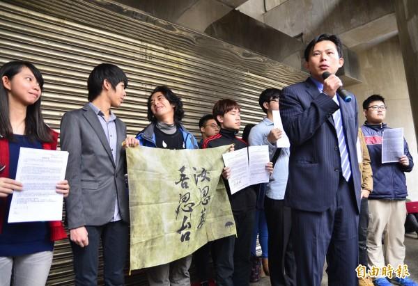 時代力量新科立委黃國昌及林昶佐也到場聲援,表示時代力量全力支持學生訴求。(記者王藝菘攝)