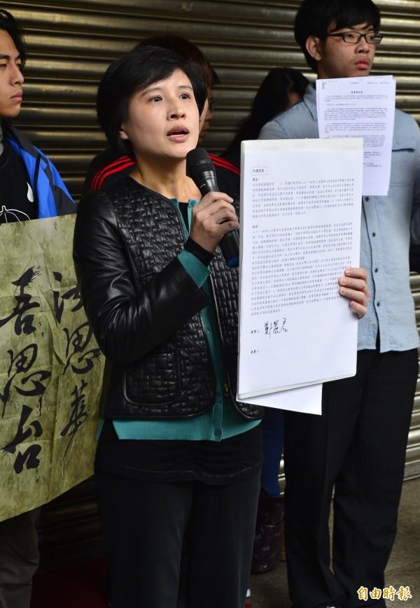 反黑箱課綱微調學生今天重回立院,表達訴求,民進黨立委鄭麗君到場聲援,並拿出擬好的提案草稿。(記者王藝菘攝)