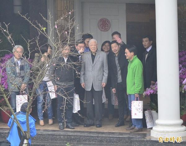 時代力量到翠山莊向前總統李登輝請益,會後李登輝親自到門口送客。(記者王藝菘攝)