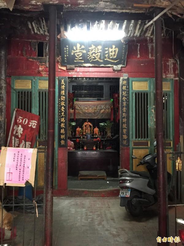 位於板橋的新北市市定古蹟迪毅堂遲未整修,宛如廢墟。(記者陳韋宗攝)