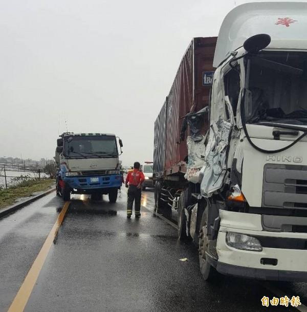 中山高速公路民雄戰備跑道大貨車與中油油罐車發生車禍,油罐車司機死亡。(記者余雪蘭攝)
