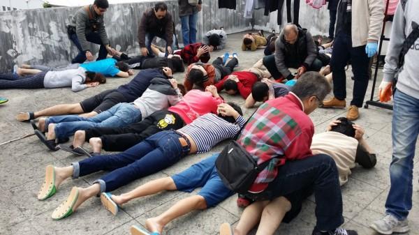 警方攻堅詐騙機房,在四樓頂壓制逮捕18名詐欺嫌犯。(記者許國楨翻攝)