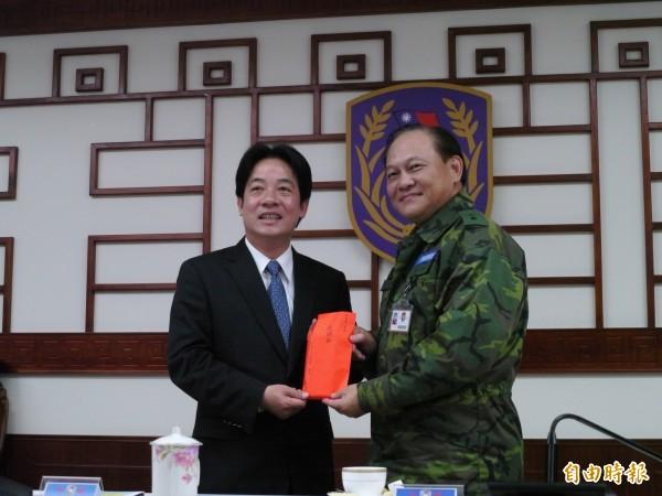 台南市長賴清德(左)前往陸軍第八軍團慰問,並盼軍方伸援幫助寒害受災漁民,指揮官季連成(右)表示願意提供協助。(記者陳祐誠攝)