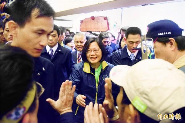 民進黨總統、副總統當選人蔡英文與陳建仁昨在新北市舉辦感恩茶會,小英進場時,支持者拿起手機搶拍、搶著握手。(記者陳韋宗攝)