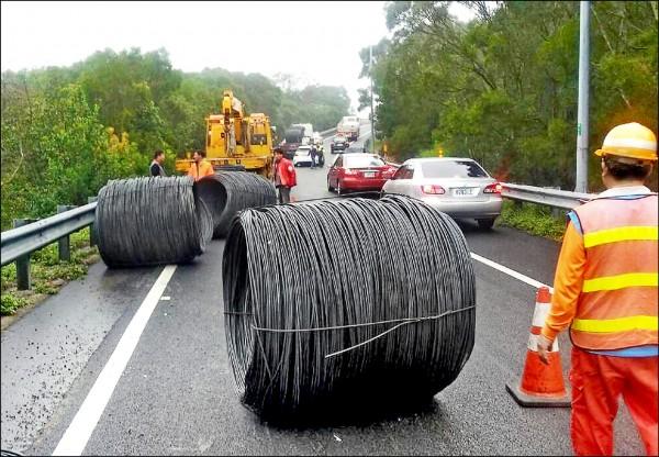 每個2噸重的鐵線圈掉落匝道。(記者歐素美翻攝)