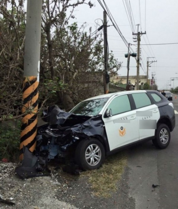 警車追撞機車騎士的死亡車禍,警車車頭全毀,卡在電線杆。(圖擷取自爆料公社)