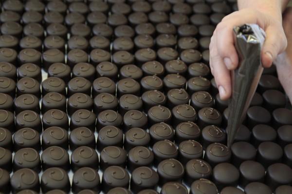 衛生福利部食品藥物管理署今天預告,巧克力包裝要依成分清楚標示,總可可固形物須達35%。(資料照,路透)