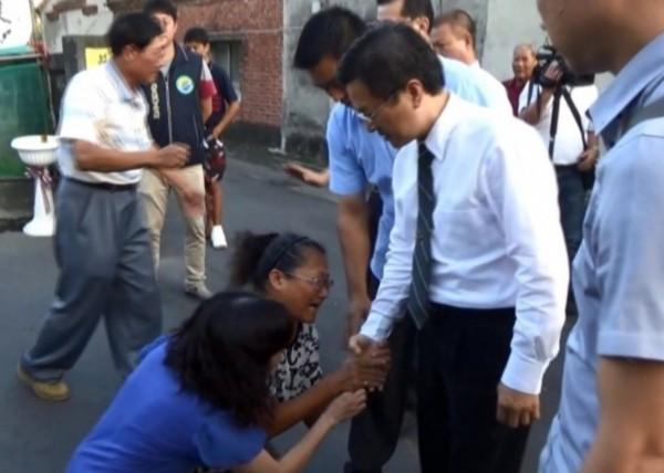 死者家屬質疑警車超速,向彰化縣長魏明谷下跪,要求還其公道。(資料照,記者陳冠備攝)