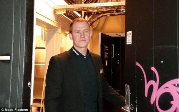 丹麥夜店老闆詹森,在接獲多名女性顧客抱怨常在舞池受到非禮後,禁止不會說英語、德語及丹麥語的阿富汗人及敘利亞人進入該夜店。(圖取自《每日郵報》)