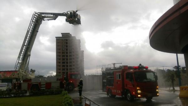 消防隊出動雲梯車參與演練。(記者黃捷翻攝)