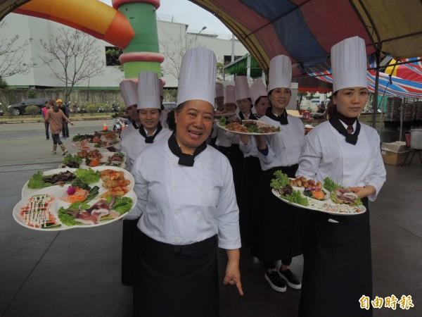 學員們親自下廚烹飪美食,並表演上菜秀。(記者林孟婷攝)