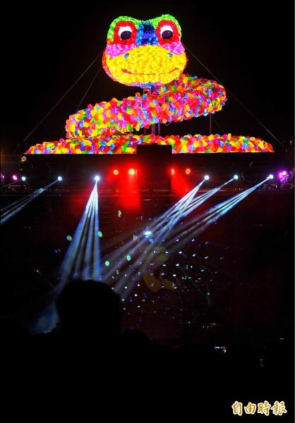 2013年台北燈節「蛇斑斑」主燈。(資料照,記者簡榮豐攝)