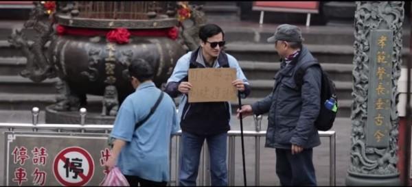 透過街頭實驗,發現雖然許多民眾視若無睹,卻仍有很多人願意對需要幫助的人伸出援手。(擷取自影片)