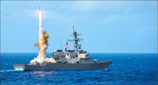 美軍三十日派遣神盾艦「柯蒂斯.威爾伯號」前往中國控制的南海西沙群島中建島十二海里內海域執行航行自由計畫。圖為「柯蒂斯.威爾伯號」二○一四年三月在關島附近海域軍演時,發射標準二型飛彈的檔案照。(中央社)