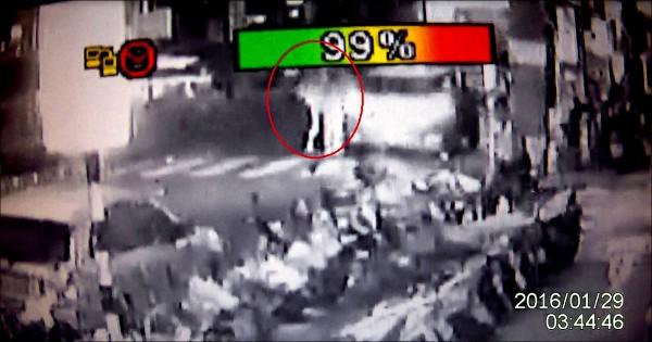 監視器拍下林于萱拿高跟鞋打運將的過程。(記者王冠仁翻攝)
