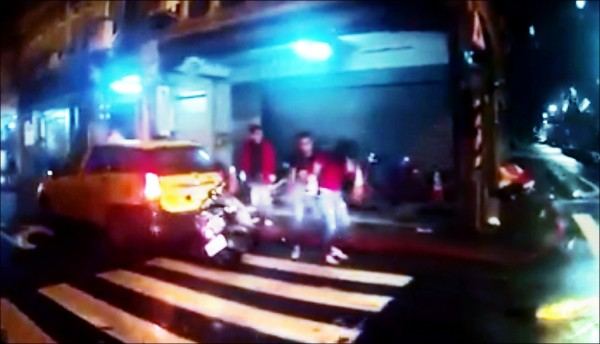 網友行車記錄器拍下,林女(右一)打完人後被男友攙扶住。(記者王冠仁翻攝)