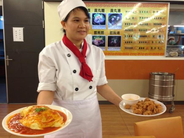 來自印尼的台灣媳婦丘瑞娟以幸福的蛋包飯擄獲交大師生的味蕾,日賣千個單包飯。(圖由新竹市府勞工處提供)