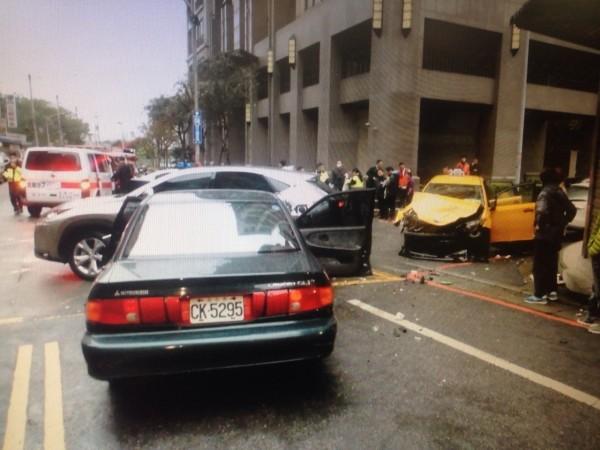計程車高速撞車後,車頭嚴重損壞(記者余衡翻攝)