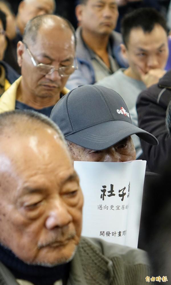 台北市長柯文哲出席「重返社子島與都市計畫委員會座談會」,社子島居民出席關心自身權益。(記者劉信德攝)