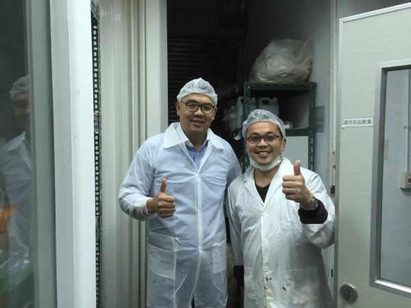 國民黨中央委員連勝文(圖左)日前拜訪夢想家食品。(圖擷取自連勝文臉書)
