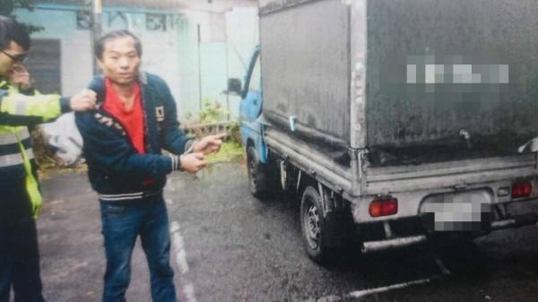 賴姓男子遭警方逮捕。(記者徐聖倫翻攝)