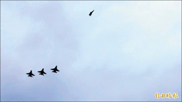 空軍4架F-16戰機昨天以「懷念者隊形」衝場,向殉職飛官高鼎程致敬,2號機飛離編隊,象徵高鼎程雖然逝去,但留給同袍無限的懷念。(記者陳璟民攝)