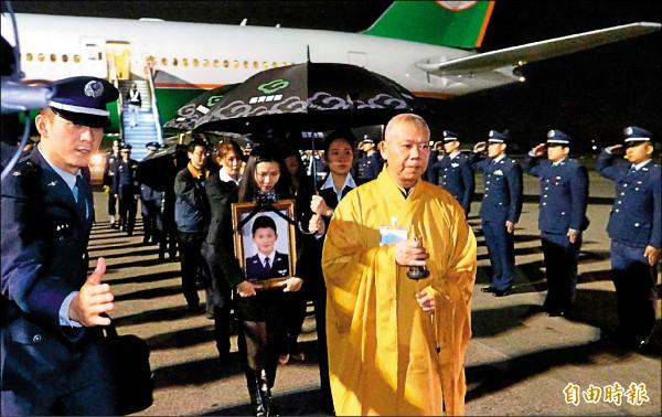 在美接受F-16訓練殉職的飛官高鼎程的骨灰昨由妻子及家人迎回,空軍司令沈一鳴上將率同袍及儀隊在桃園機場停機坪列隊致敬。(記者姚介修攝)。