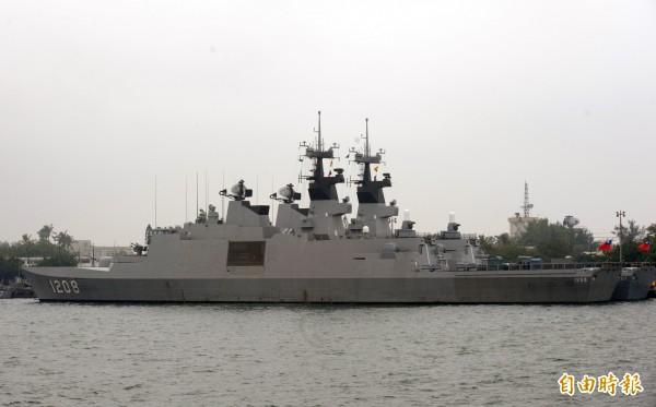 海軍拉法葉軍艦編號1208號,今天下午出海時,不明原因起火,釀成1名士兵手臂遭火燙傷,軍艦立即駛回左營軍港。 (資料照,記者張忠義攝)