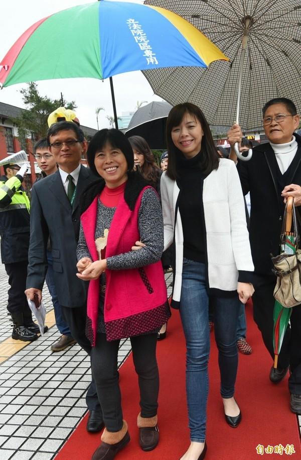 新國會第九屆立委今天報到,時代力量新科立委洪慈庸與媽媽走紅毯。(記者張嘉明攝)