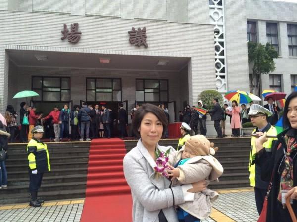 新科立委余宛如今日(1)帶著兒子前來議場報到。(圖擷自余宛如(透明國會 新創社會)臉書)