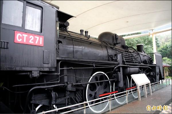 位於基隆市情人湖風景區入口的CT271蒸汽火車頭,多年來乏人維護殘破不堪;圖為北觀處接手找來台鐵技師修復,還給蒸汽火車頭昔日風華。(記者俞肇福攝)