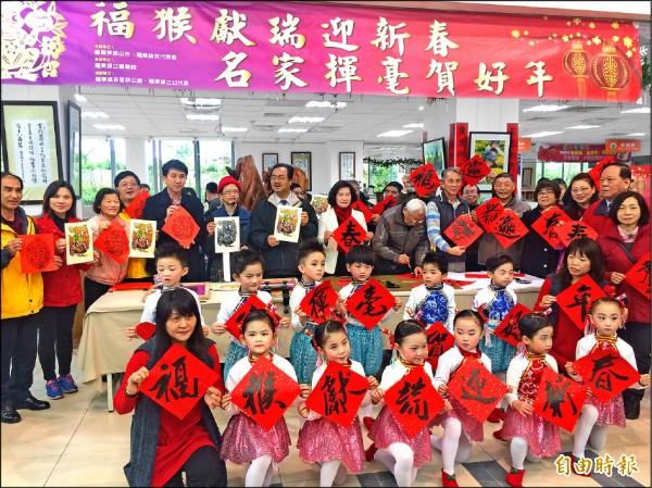 羅東鎮公所邀書法家免費為民眾寫春聯。(記者朱則瑋攝)