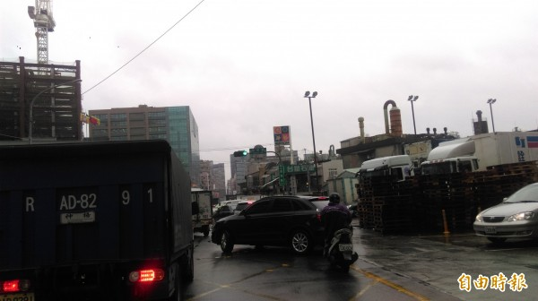 春節前趕辦年貨的人潮遇到陰雨的天氣,新北市市區交通也比平日繁忙混亂。(記者何玉華攝)