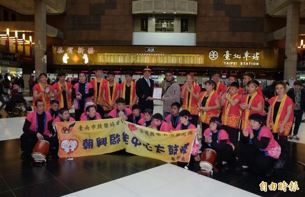 為感謝台北車站協助,朝興起能中心老師鄭坤育特別致贈感謝狀給站長黃榮華。(記者陳炳宏攝)