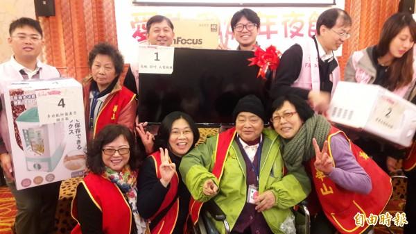 新竹華山基金會與台積電12A廠志工合作及募款,為獨居長輩舉辦圍爐尾牙宴,也準備各種獎品供阿公阿嬤抽獎。(記者洪美秀攝)