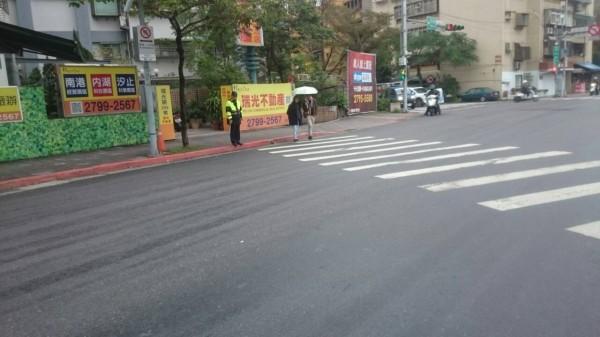 一名員警在下午3點非尖峰時刻,站在內科園區外圍的陽光街、瑞光路,當時車流量不大,顯得怪異。(圖由讀者提供)