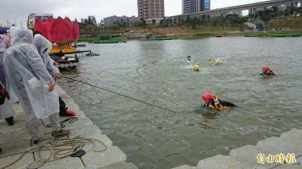 這麼冷的天,消防隊員忍著11度低溫進行水域安全消防演練,過程逼真。(記者李容萍攝)
