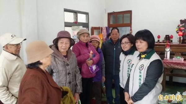 澎湖縣銀髮關懷協會,前往80歲會員家中關心。(記者劉禹慶攝)