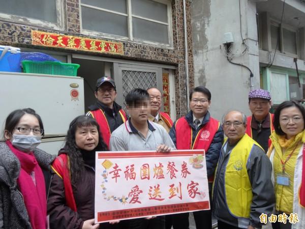 台灣更生保護協會澎湖分會,結合各單位發放貧困更生人圍爐餐券。(記者劉禹慶攝)